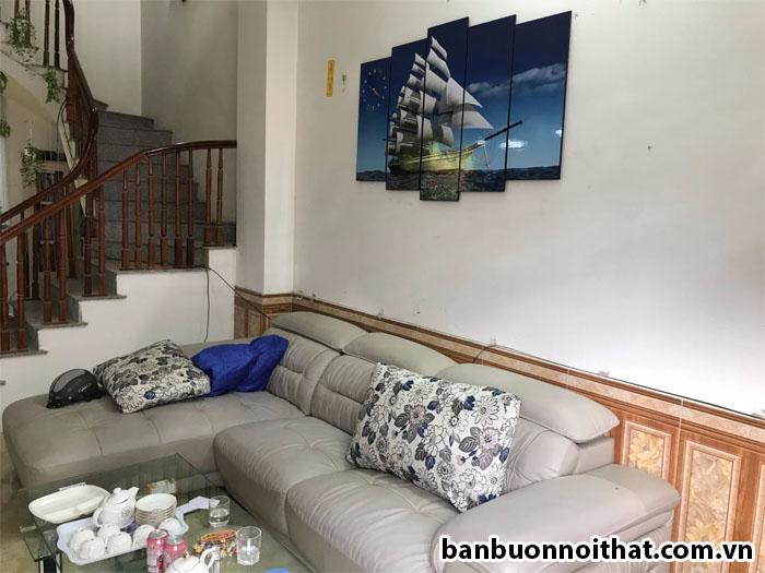 Hình ảnh sản phẩm treo tại nhà của khách hàng kết hợp sofa da màu sáng