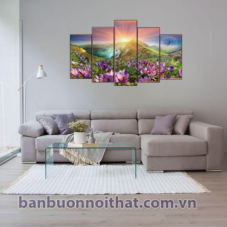 Tranh đồng hồ đồi hoa nắng kết hợp với sofa góc màu kem giúp không gian tràn đầy sức sống