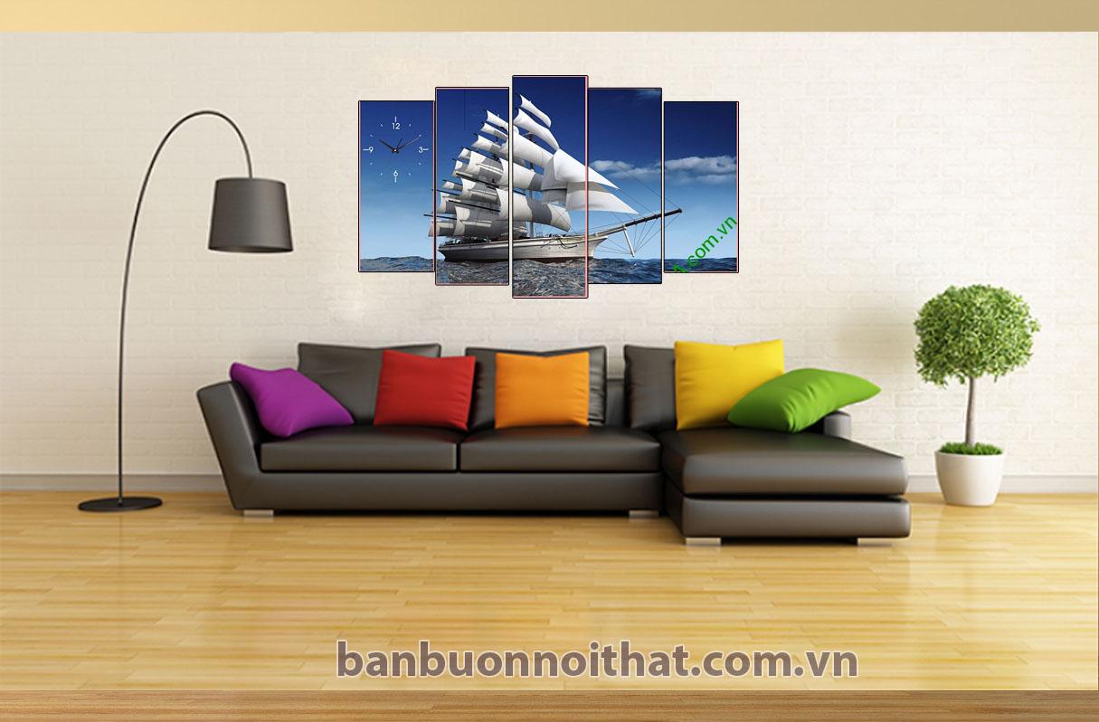 Tranh thuận buồm xuôi gió được sản xuất tại xưởng tranh Amia kết hợp với sofa màu ghi