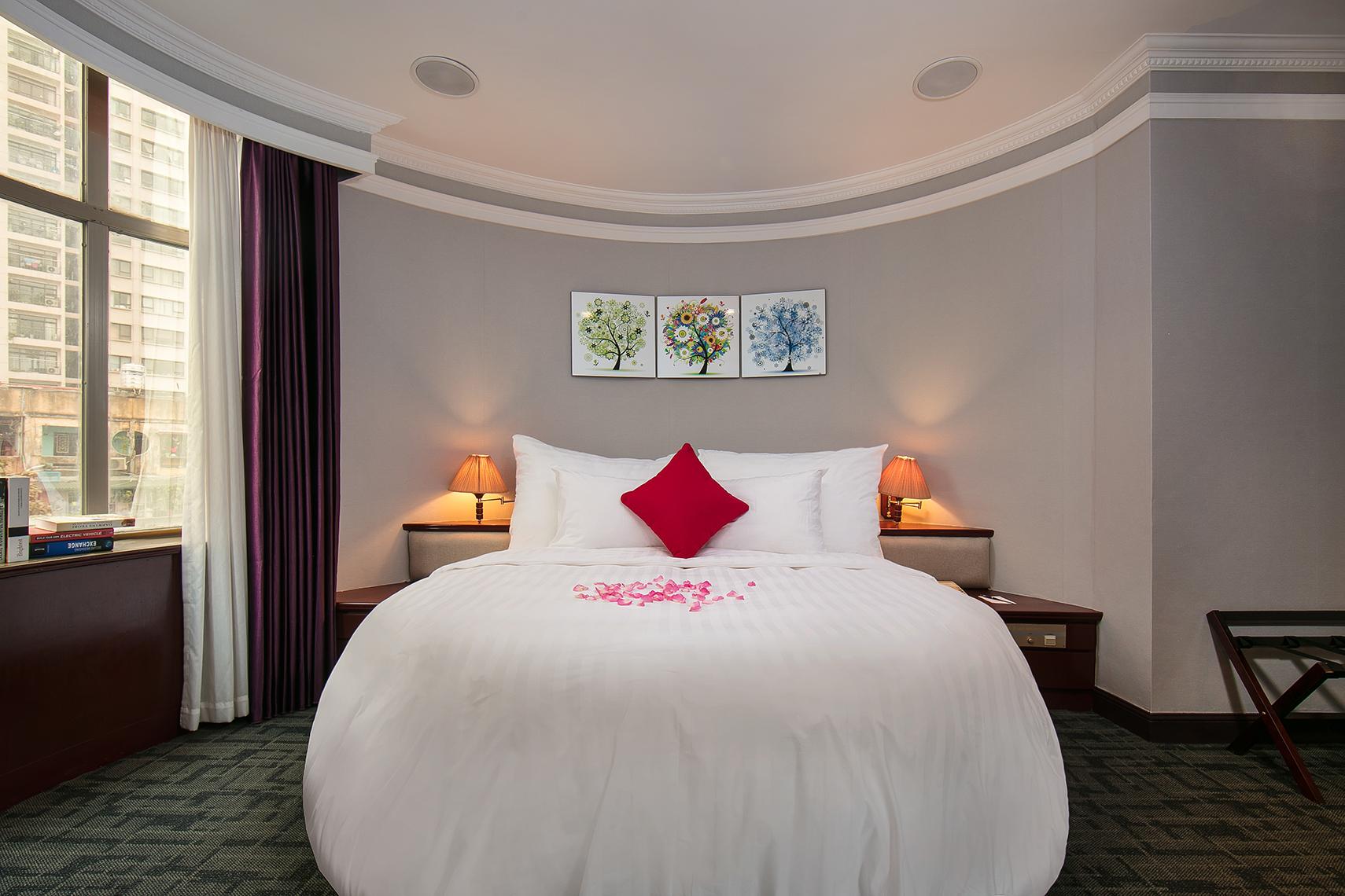 Phòng khách sạn Lakeside lung linh đón được nhiều khách hơn