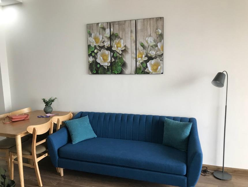 Hình ảnh tranh hoa sen đẹp trong không gian nhỏ có phòng khách và phòng ăn liền nhau