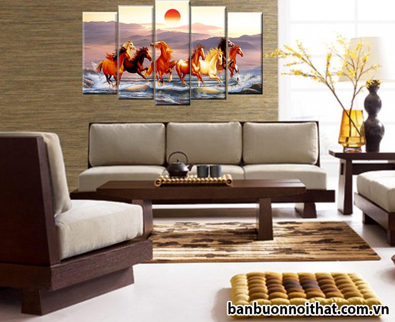Tranh mã đáo thành công trang trí cực hợp với sofa gỗ