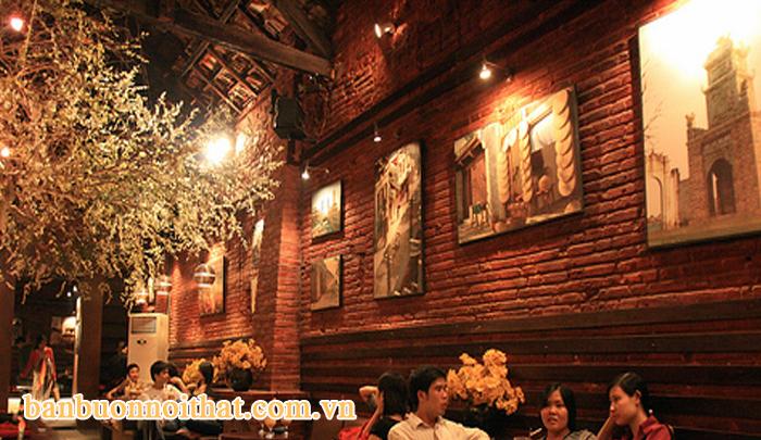 Tranh phố cổ trang trí quán cà phê theo phong cách hoài cổ, ấm cúng.