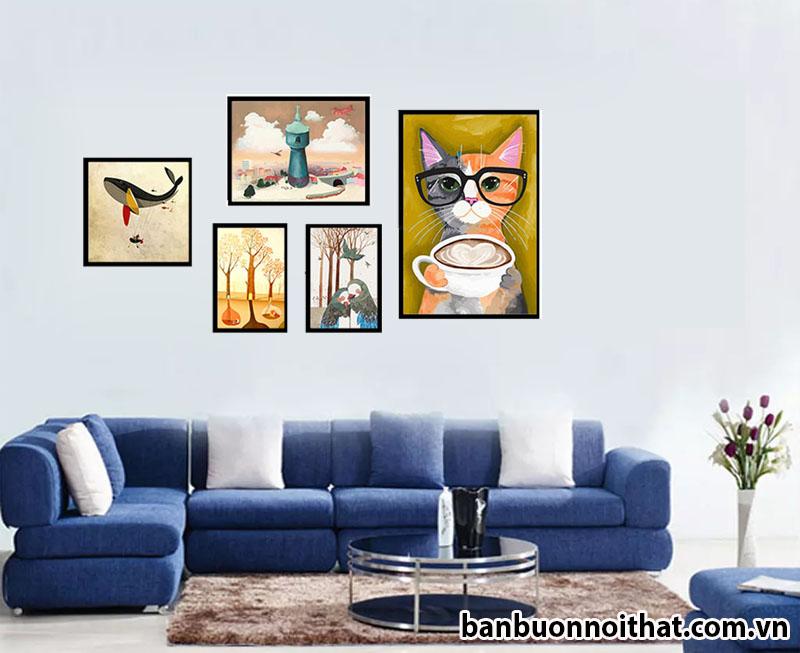 Một bộ tranh in ép gỗ khổ nhỏ trang trí phòng khách của một gia đình trẻ