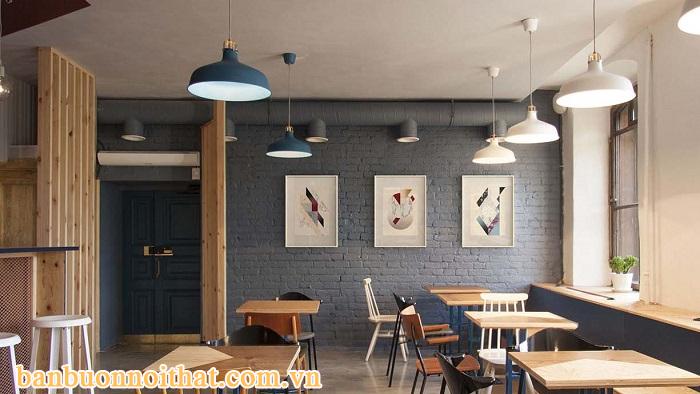 Quán cà phê nhỏ có nhiều ánh sáng tự nhiên nên chọn tranh màu sáng và tường sẫm màu để dung hòa