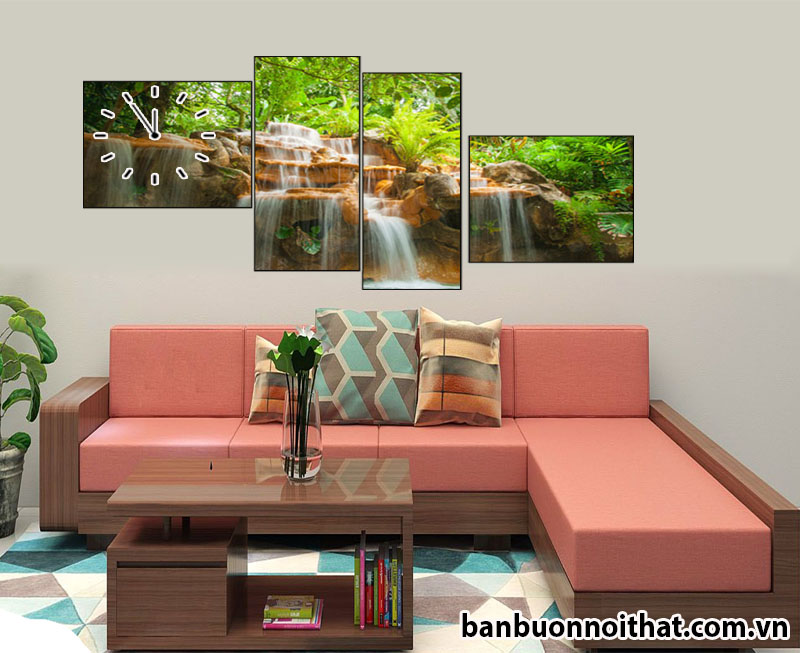Tranh đồng hồ thác nước được ghép lên nội thất sofa gỗ cho cảm giác mát mẻ. sang chảnh