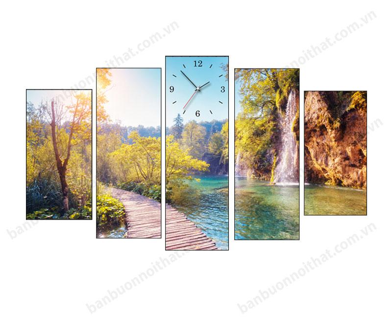 Mẫu tranh đồng hồ phong cảnh thác nước làm phòng khách sâu hơn và mát mẻ hơn
