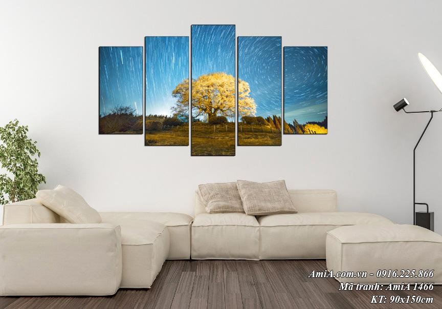 Nếu bạn nghĩ treo tranh hoa khiến không gian sến quá thì có ngay một lựa chọn khác. Mẫu tranh phong cảnh trừu tượng treo tường phòng khách sofa nỉ trắng