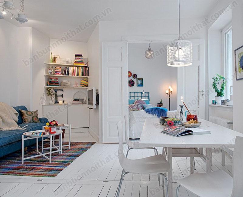 Sự kết hợp hài hòa giữa màu trắng và màu xanh giúp phòng khách thoáng mát, tinh tế hơn