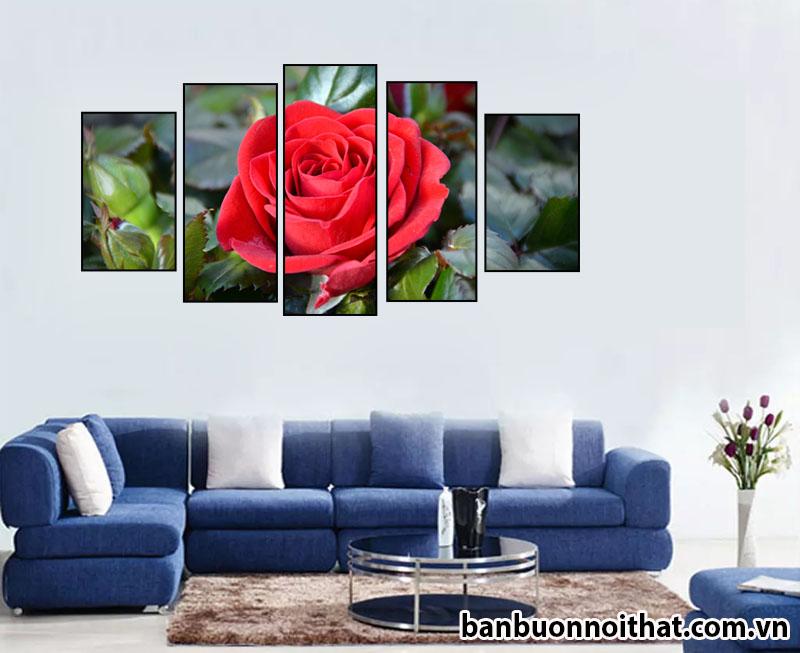 Tranh hoa hồng ghép 5 miếng không đồng hồ trang trí cùng sofa nỉ