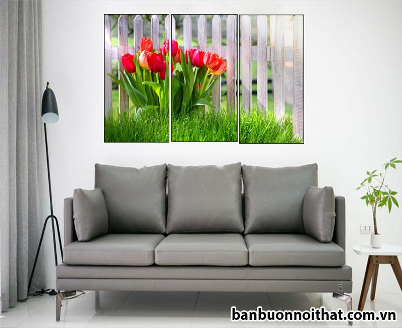 Tranh được trang trí sau ghế sofa da xinh xắn