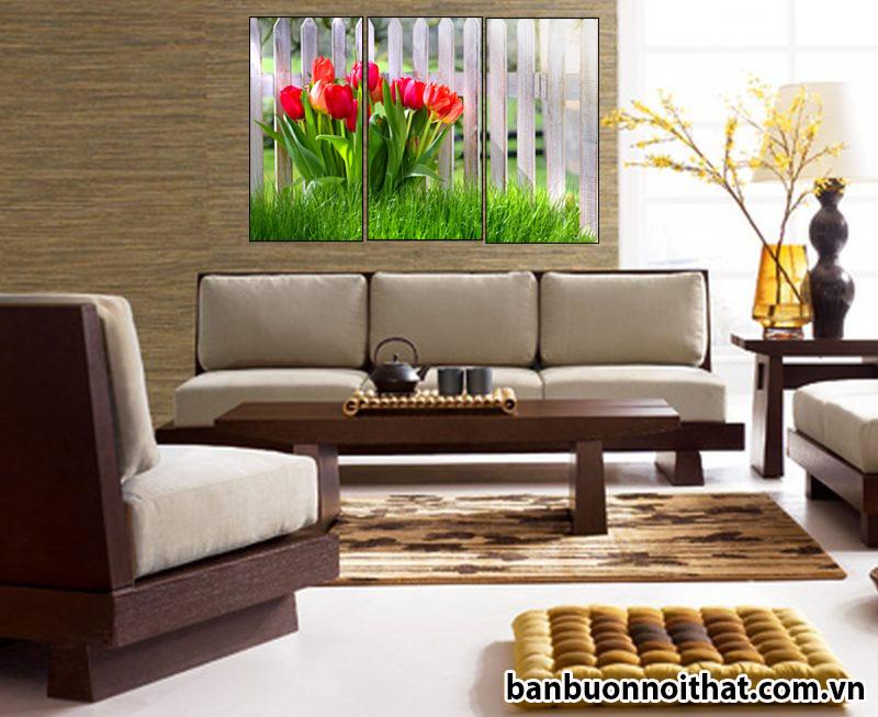 Một góc  căn phòng nổi bật với tranh hoa Tulip ghép 3 miếng