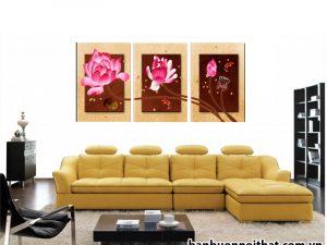 Tranh hoa sen treo sau sofa da chữ L