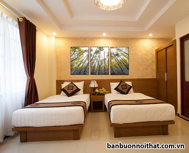 Phòng khách sạn trở lên thư giãn và ấm áp hơn với tranh rừng cây mùa thu và tông màu gỗ nội thất