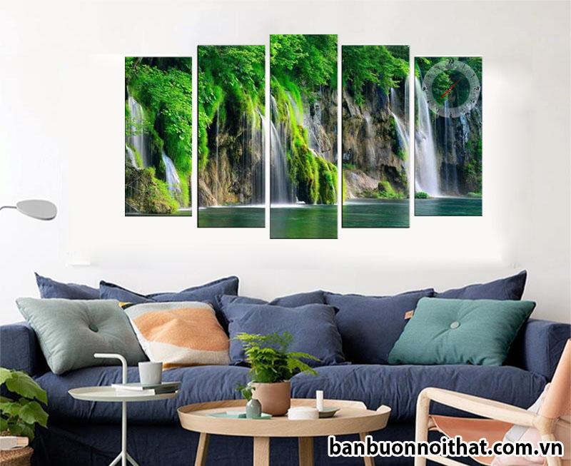 Tranh đồng hồ phong cảnh thác nước trang trí sau ghế sofa