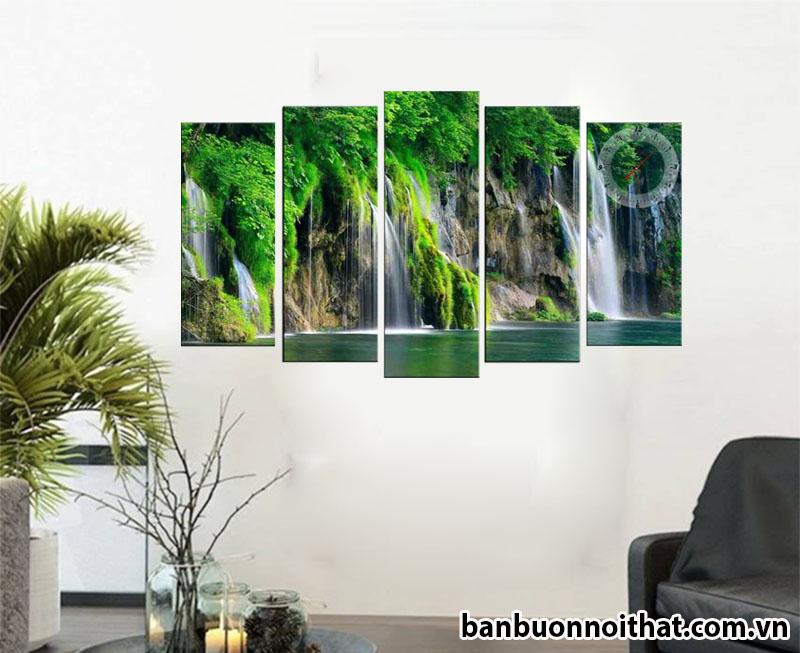 Tranh đồng hồ phong cảnh thác nước được dùng để trang trí sảnh phòng khách