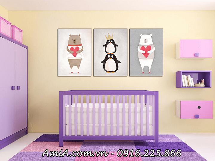 Tranh gấu con đáng yêu được dùng treo tường phòng cho bé