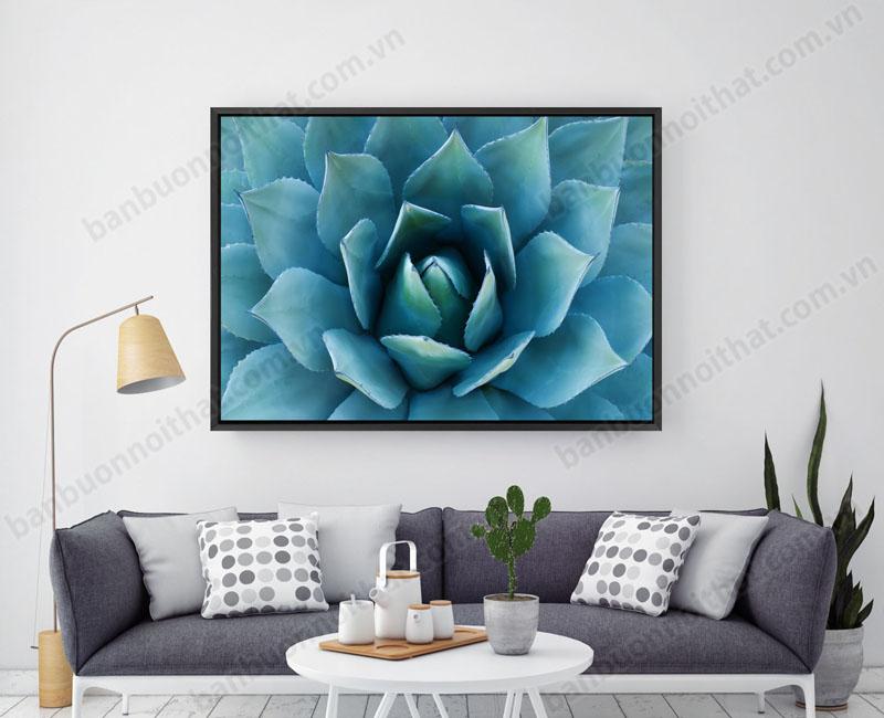 Tranh được trang trí kết hợp với sofa nỉ nhẹ nhàng tinh tế