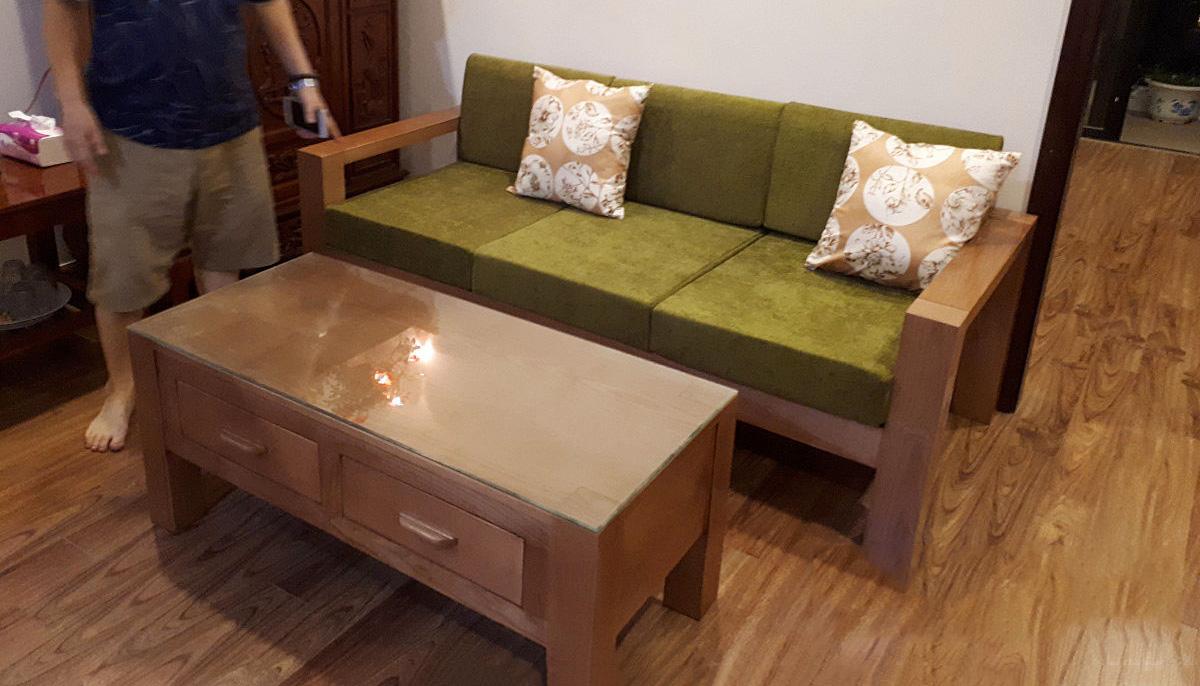 Ghế sofa văng dạng gỗ nệm nỉ nhung và bàn trà giá rẻ